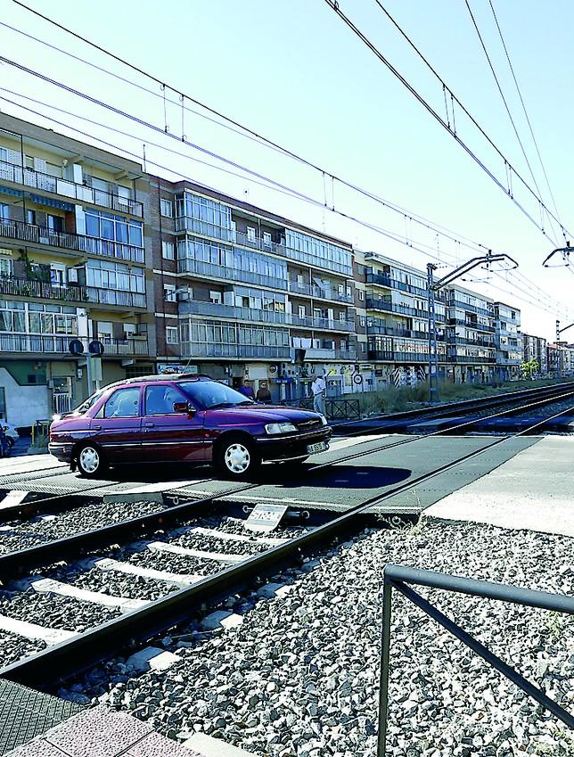 Vías del tren a su paso por el barrio de La Pilarica. J.Tajes