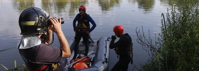 Tareas de rescate del joven fallecido ayer en el Duero, a la altura de San Miguel del Pino. J. Tajes