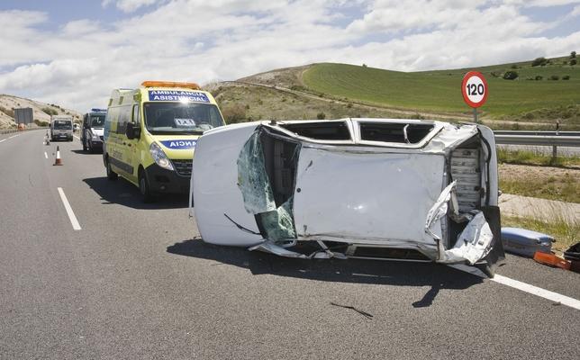 El coche quedó cruzado en la propia autovía del Camino de Santiago.