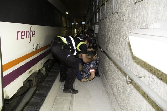 Un agente policial saca a los supuestos heridos del tren. El Día