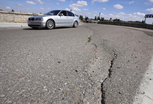 Las grietas son evidentes en el asfalto del viaducto.