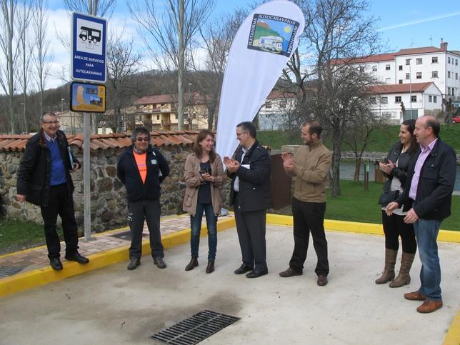 El alcalde de Velilla, Gonzalo Pérez, y la vicepresidenta de la Institución Provincial, Ana Asenjo, inauguraron la nueva dotación. Rubén Abad