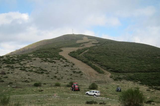 Imagen del desbroce llevado a cabo en varios parajes de la localidad montañesa. José Manuel San Juan