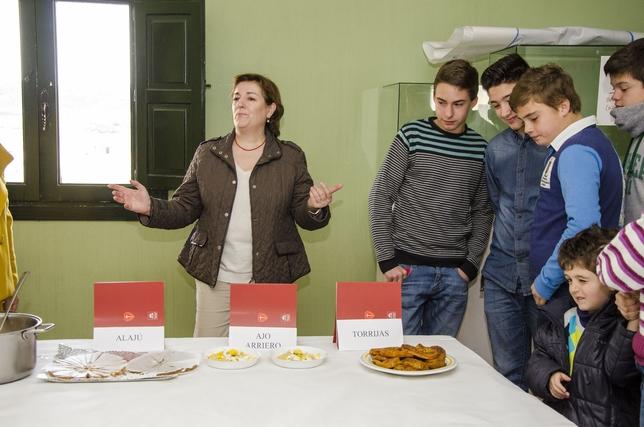 Lucía de la Osa durante la explicación de la receta de las torrijas.