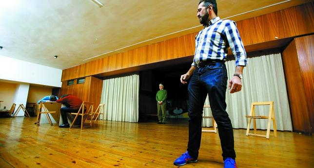 Vidal Rodríguez ensaya el papel de Don Juan Tenorio para la obra que acogerá hoy el Teatro Zorrilla. J. Tajes