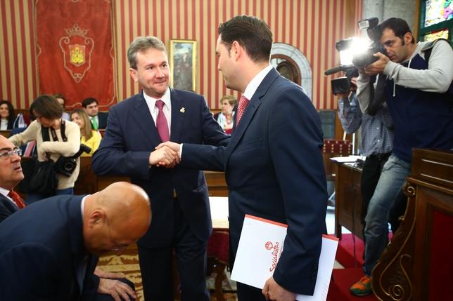 Javier Lacalle y Daniel de la Rosa se saludan al llegar al Pleno. Alberto Rodrigo