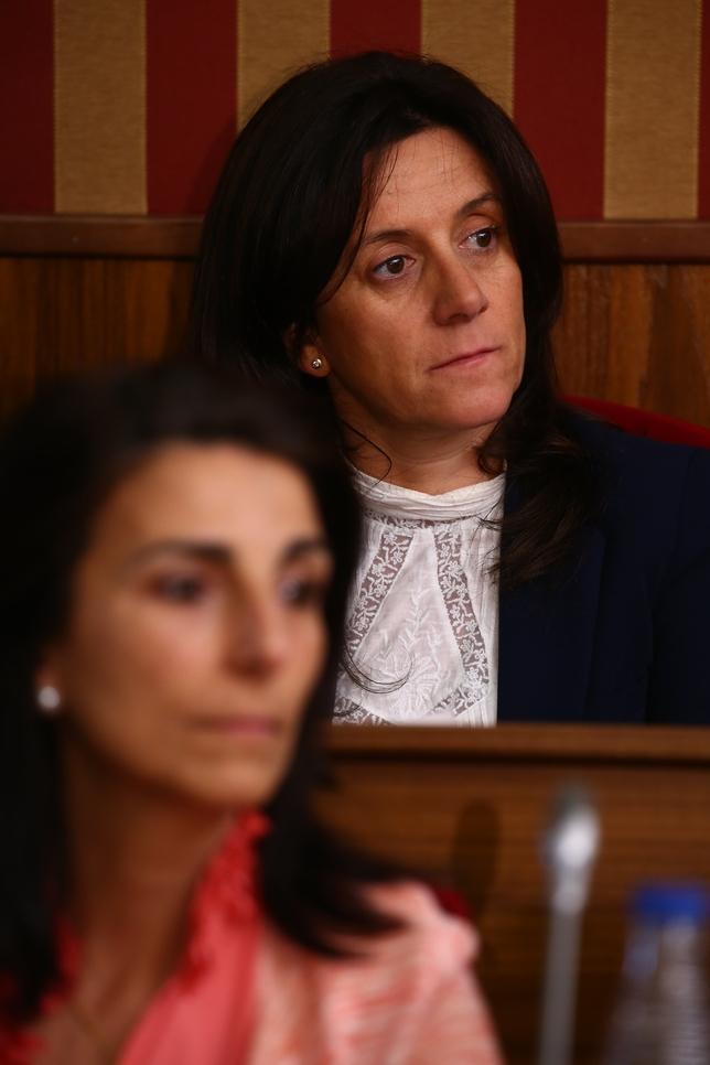 Silvia Álvarez de Eulate cumplió su palabra y se abstuvo, no votando a Gloria Bañeres (delante de ella). Alberto Rodrigo