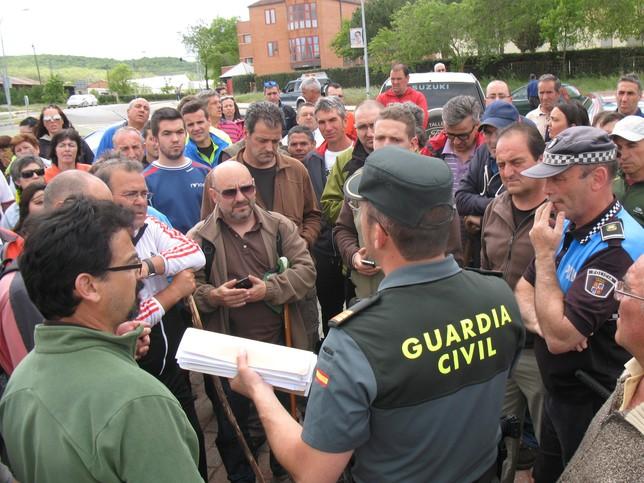 Los vecinos de Guardo salieron al Monte de Corcos para intentar encontrar algún rastro del hombre. / rubén Abad