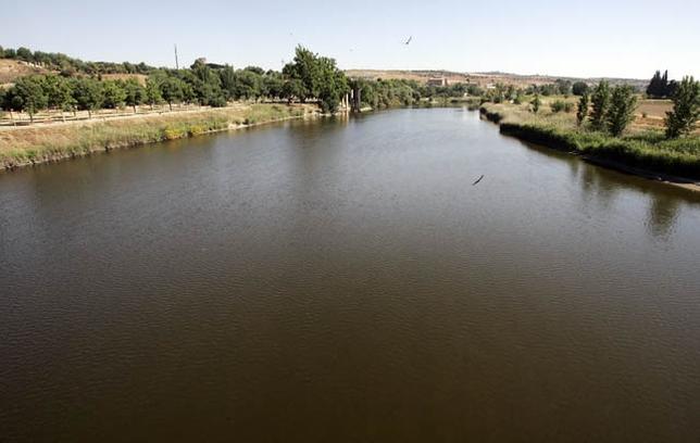 Las aguas del río discurren por Toledo estos días prácticamente estancadas y con un marcado color marrón.  Víctor Ballesteros