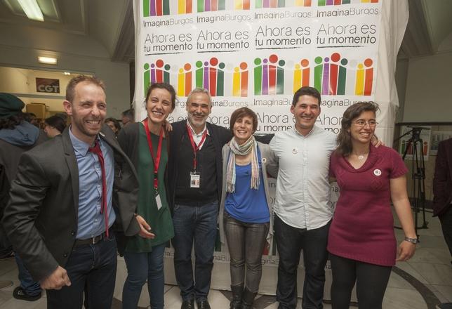 Raúl Salinero y los cinco concejales que le acompañarán en el Ayuntamiento, exultantes.