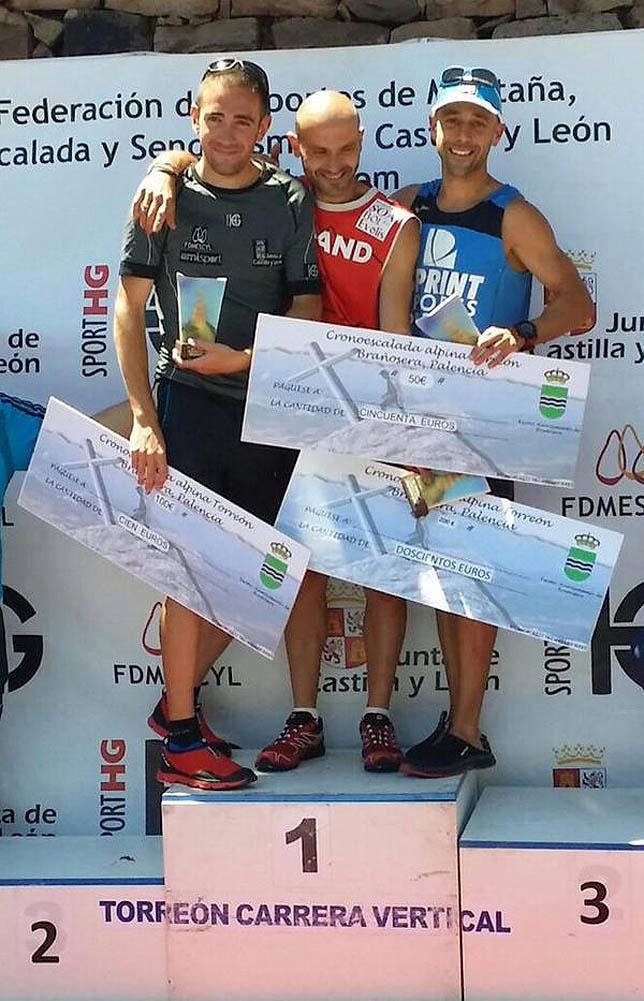 De izquierda a derecha, Felipe Iglesias, el ganador José Javier Gómez y Jorge Rodríguez.   Fernando Cuevas