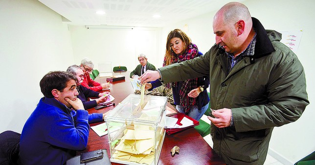 El Ayuntamiento colocó una urna durante dos días en la Concejalía de Movilidad. Jesús J. Matías