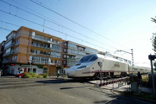 El tren de alta velocidad Alvia, en el paso a nivel con barreras del barrio de la Pilarica de Valladolid. Miriam Chacón (Ical)