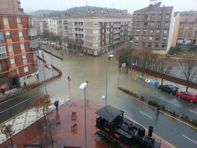 Casco urbano de Miranda, con un cruce de calles totalmente inundado..