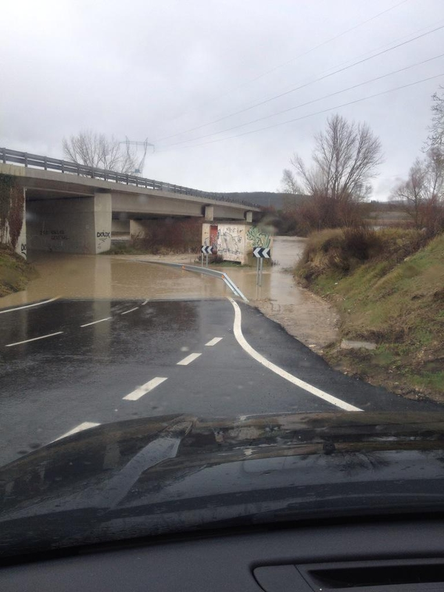 Una carretera, inundada por el río Zadorra. @JSimondelatorre