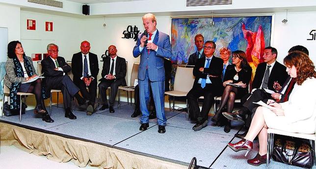 Manuel Campo Vidal moderó una tertulia con seis operadores jurídicos y seis políticos, lo nunca visto.  JUAN LAZARO
