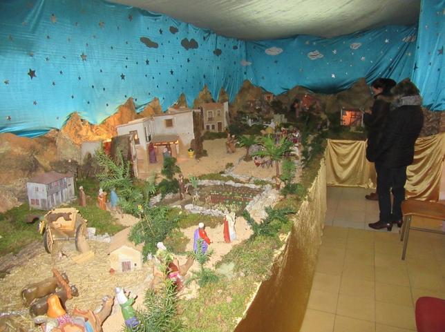 El 'Grupo de Coros y Danzas' exhibe su Nacimiento en su sede del edificio de Correos. Rubén Abad