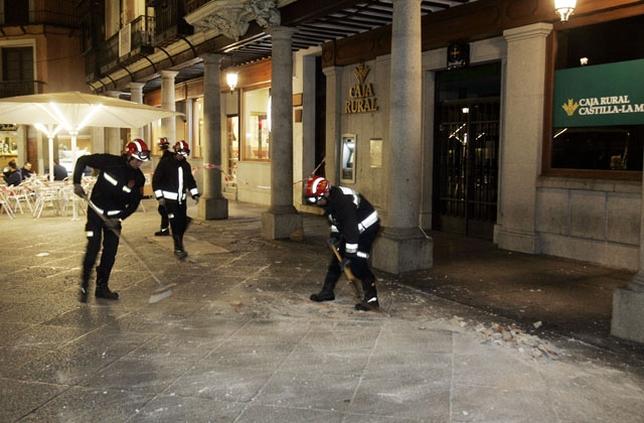 Los bomberos retiraron los cascotes de la vía. Víctor Ballesteros