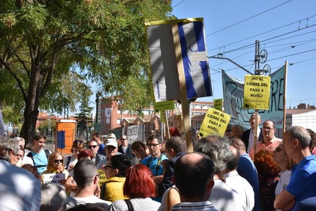Los vecinos portaban pancartas contra el cierre. El Día