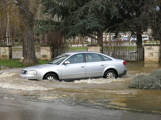 La cantidad de agua prácticamente tapa la matrícula de este coche.