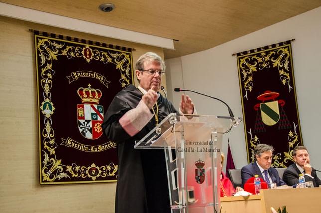 El rector de la UCLM, Miguel Ángel Collado, durante su discurso en la apertura del curso 2015/16, que se celebró ayer en Cuenca. Reyes Martínez