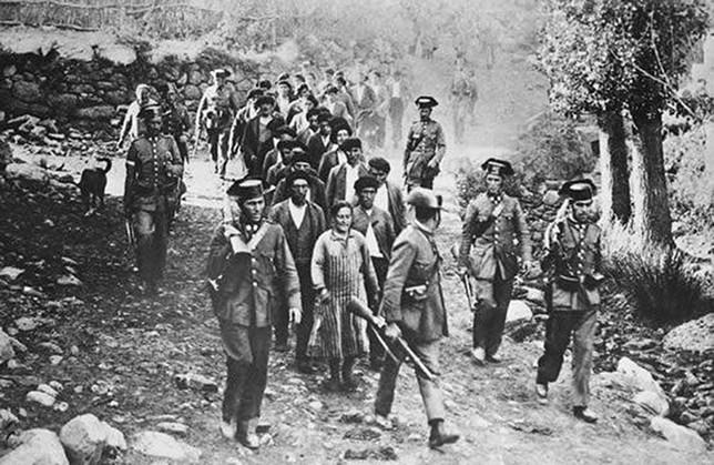 La Guardia Civil escolta a un grupo de prisioneros durante la Revolución de 1934. DP