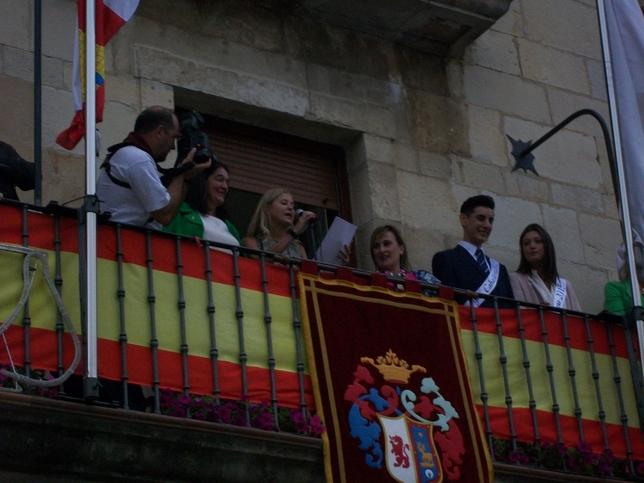 Ana Remis junto a las autoridades y la 'Dama' y el 'Caballero'.