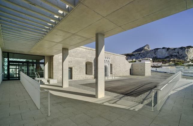 Vista de parte de la nueva Universidad de Gibraltar con el Peñón al fondo.