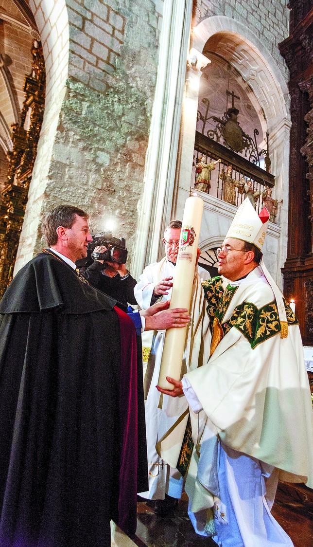 El nuevo arzobispo, Fidel Herráez, se estrenó con el patrón de la ciudad, y con todos los símbolos y tradiciones que le rodean.