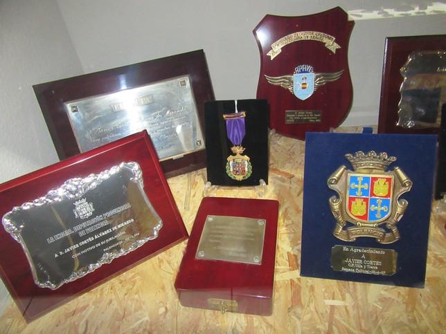 En una vitrina se guardan algunas de las condecoraciones que ha recibido. Rubén Abad