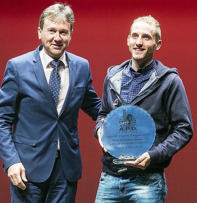Carlos Barbero, recogiendo su premio de manos del alcalde de Burgos.