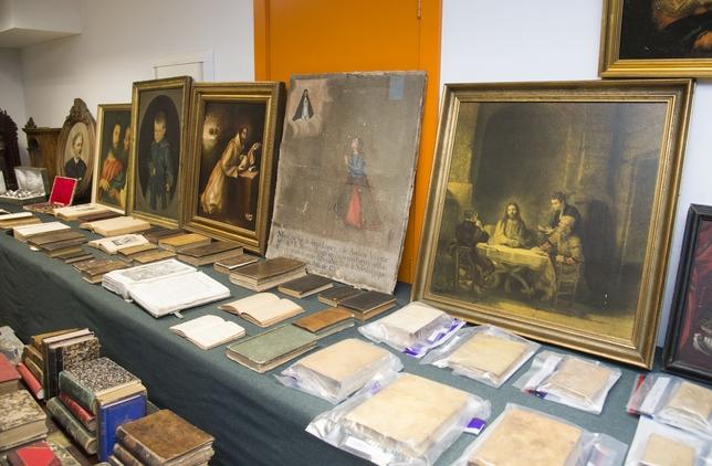 Varios de los objetos recuperados, en este caso, en su gran mayoría, de temática o procedencia no religiosa. Ricardo Ordóñez (ICAL)