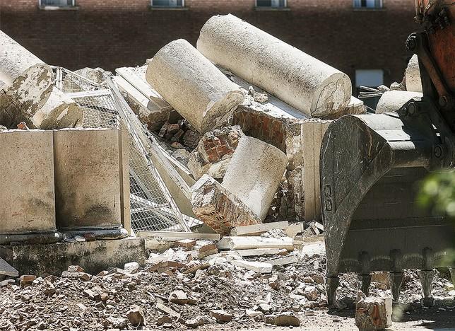 Las columnas se apilaron con el resto de escombros. Alberto Rodrigo
