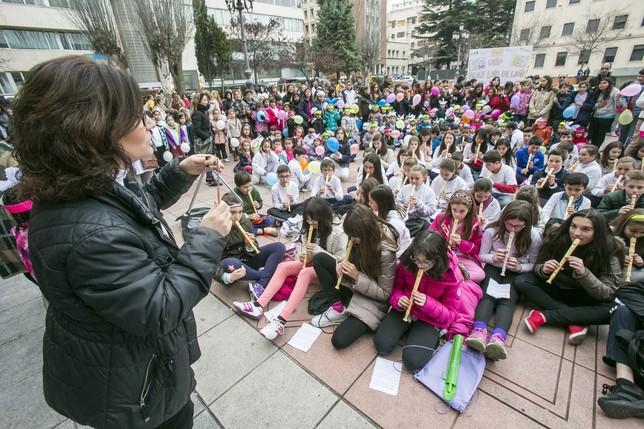 Una profesora dirige la interpretación del 'Himno de la Alegría'. Reyes Martínez