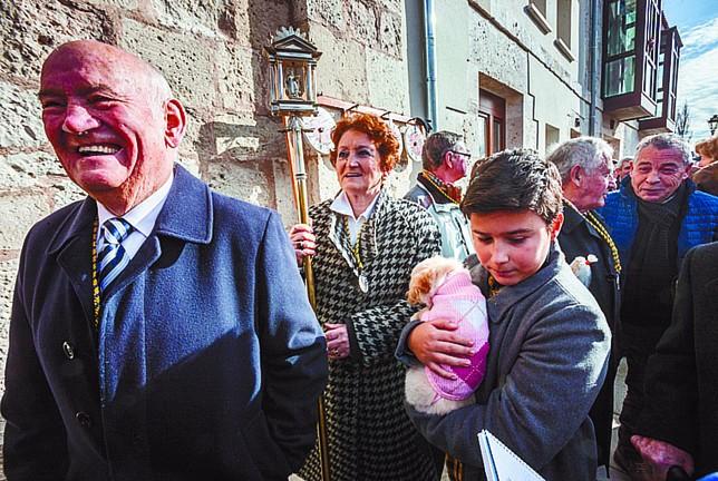 Félix y Alberto, el más veterano y el más joven de la cofradía. Detrás, la priora. Alberto Rodrigo
