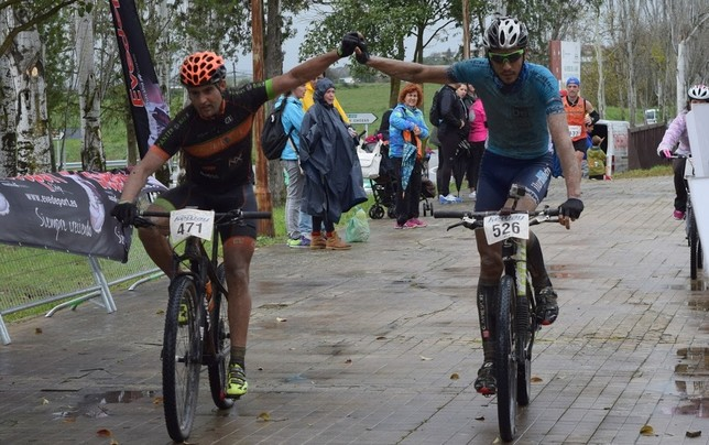 Algunos ciclistas cruzaron la meta de la mano.