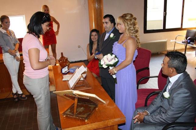 cb52fb223 Fotografía de archivo de una boda civil en el Ayuntamiento oficiada por  Mayte Fernández. - Foto    LT