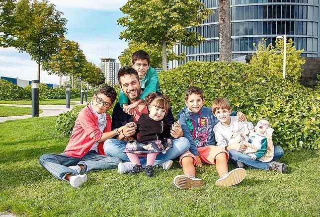 El actor y presentador Dani Martínez, junto a Nora (en su regazo), Garikoitz (tercero por la derecha) y otros niños de NUPA.