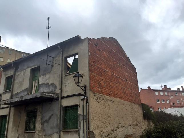 Una casa abandonada se derrumbó en Venta de Baños.