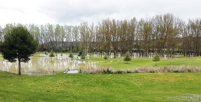 El Parque Ribera Sur resultó ayer muy afectado por la subida del caudal del río Carrión./