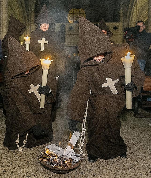 Los cofrades arrojaron al fuego el nombre de sus muertos. Jesús Javier Matías