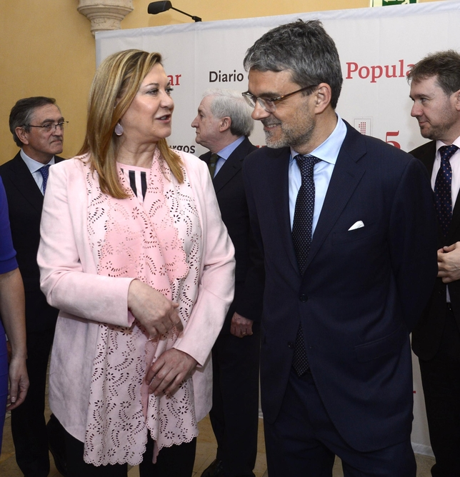 El presidente de la Cámara de Comercio de EEUU en España, Jaime Malet Perdigo, charla con la consejera de Hacienda, Pilar del Olmo.