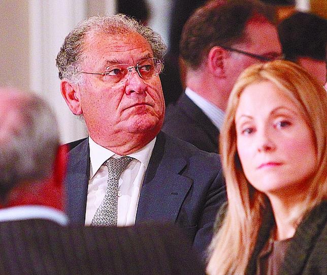 El presidente de Ford, José Manuel Machado, escucha a De Guindos, pues ahora lleva también la cartera de Industria.