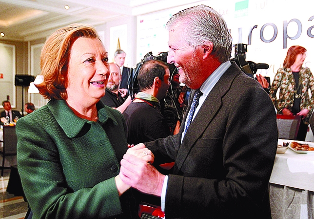 No van a bailar un chotis. Es la forma en la que se saludan Luisa Fernanda Rudi e Íñigo Méndez de Vigo.