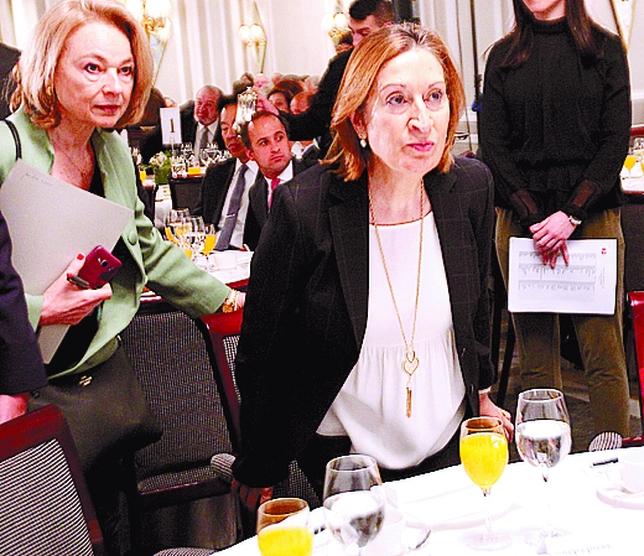Ana Pastor toma asiento. Es lo único que le queda tras los recortes que sufrirá su ministerio si gobierna el PP.