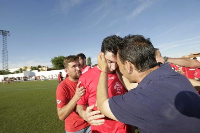 Los jugadores del Almagro no encontraron consuelo tras quedar eliminados.