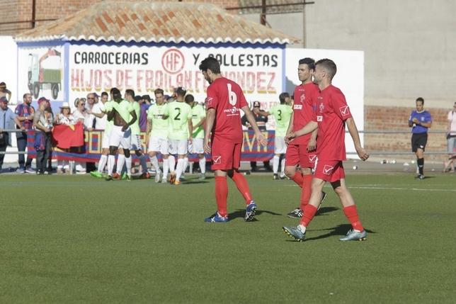 Desolación en el bando almagreño y alegría en el catalán tras anotar el único gol del partido.