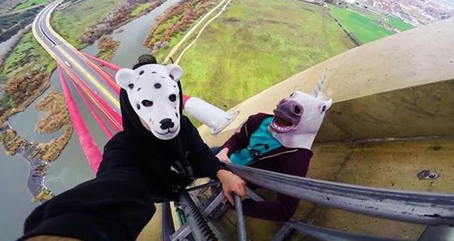Dos de los escaladores ataviados con máscaras.