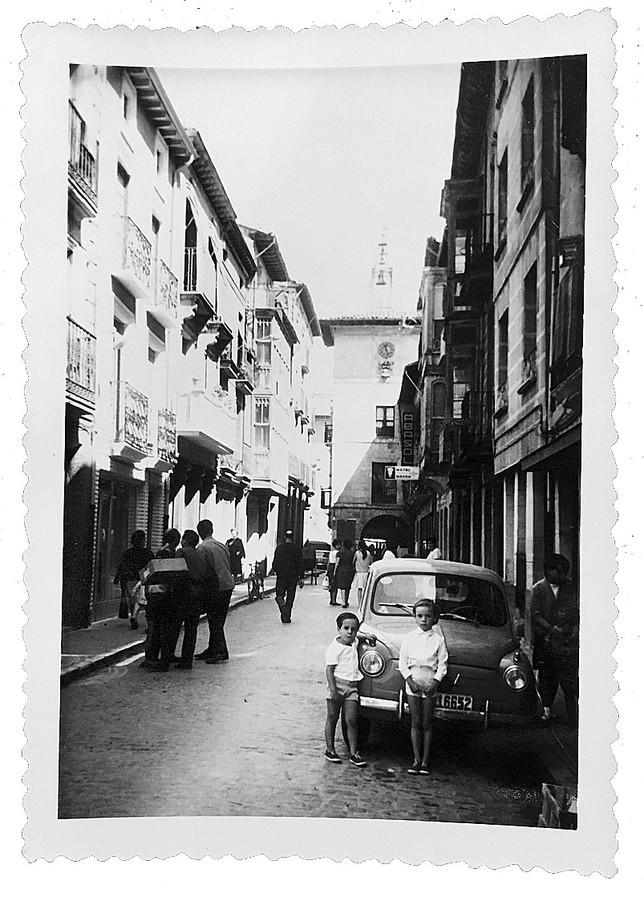 Miguel Iceta posa con su prima Begoña, junto al coche familiar en Santa María Encimera.