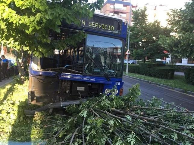Colisión entre un bus y un coche en Huerta del Rey. @PoliciaVLL